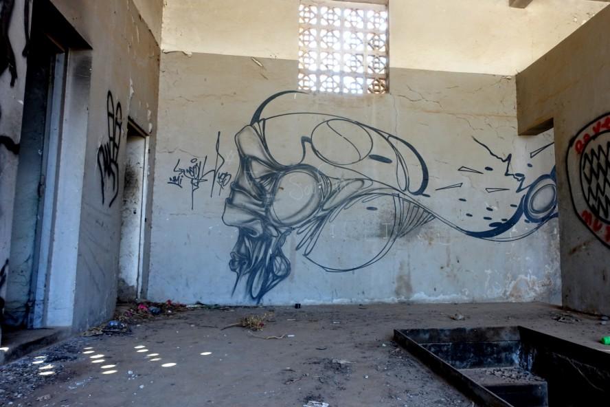 graffiti in leerstehendes gebäude ausserhalb von marrakech