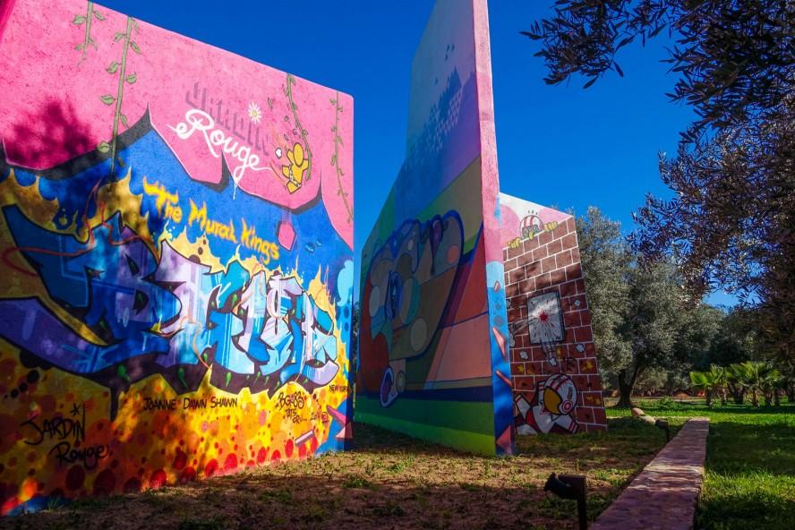 jardin rouge – garden with murals and graffitis ...