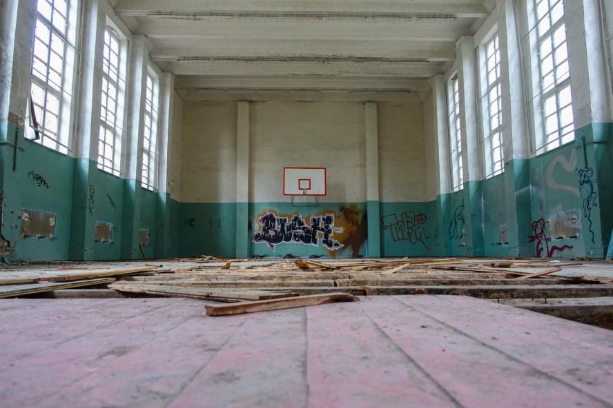 turnhalle - geisterstadt vogelsang - verlassene russische kaserne