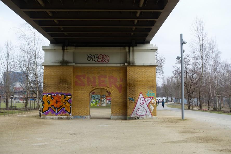 graffiti - mgk / khc bird - gleisdreieck / yorkstrasse . berlin