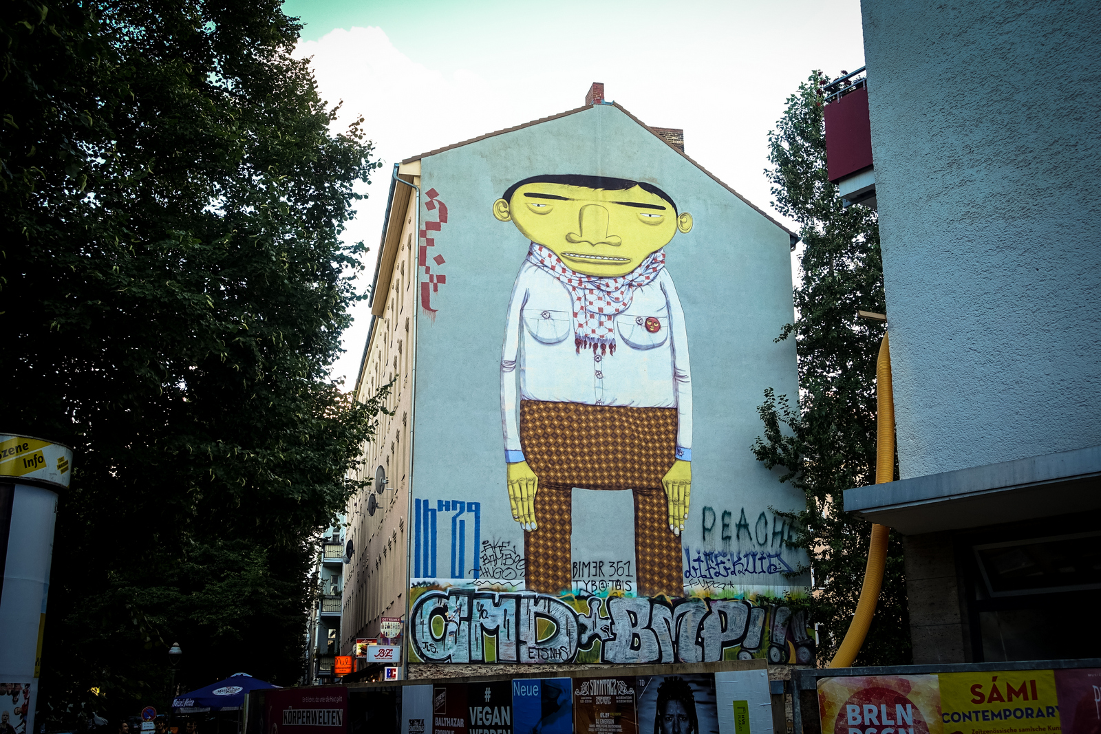 mural os gemeos berlin kreuzberg urbanpresents. Black Bedroom Furniture Sets. Home Design Ideas