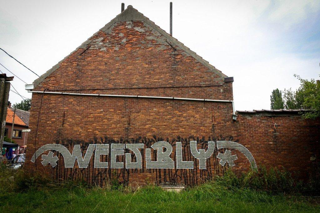 """streetart - """"wees blij"""" (be happy) - geisterdorf doel, belgium"""
