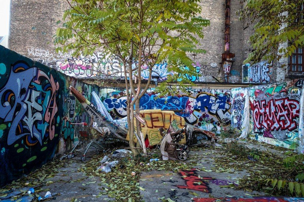 "streetart - bosso fataka ""stretchlimo"" - berlin, october 2015"