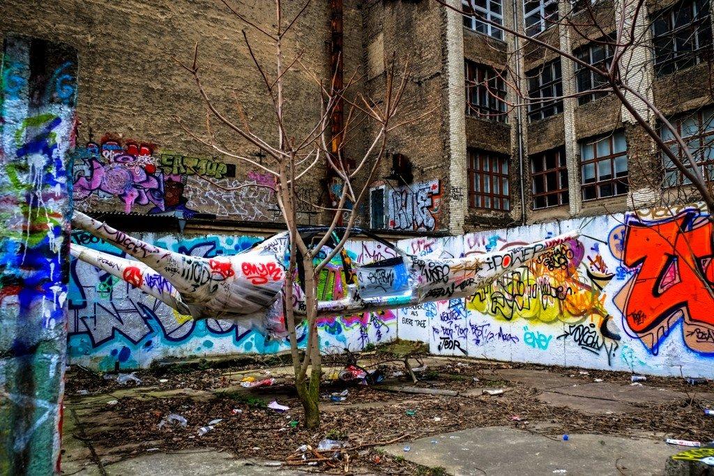 "streetart - bosso fataka ""stretchlimo"" - berlin, march 2014"