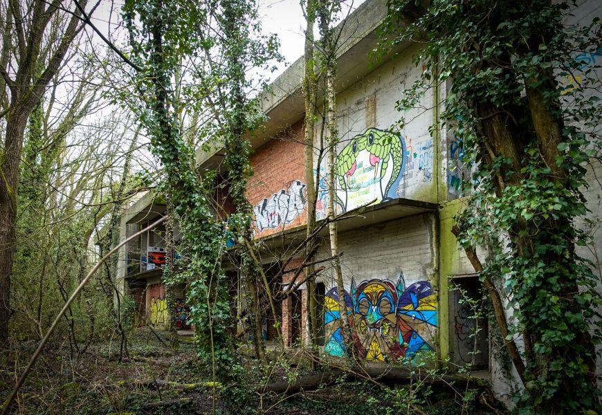 urbex art im swamp hotel, mechelen, belgien