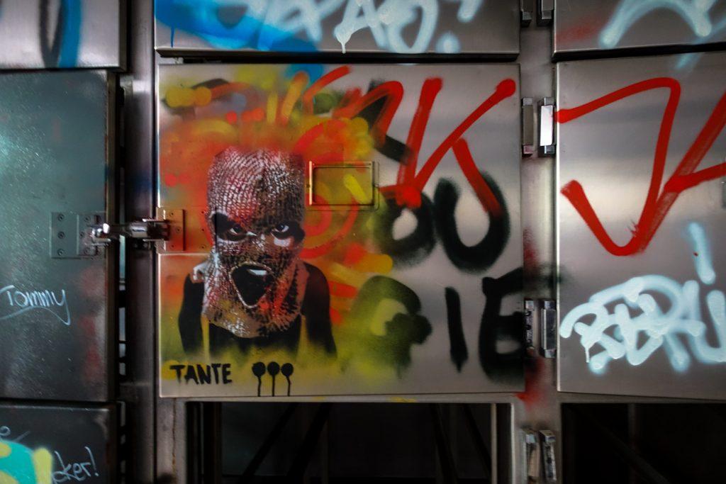 urbex stencil - tante - anatomy institute - berlin, dahlem
