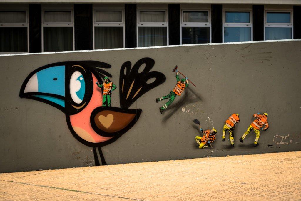 street art - bue, jaune - the crystal ship, oostende, belgium