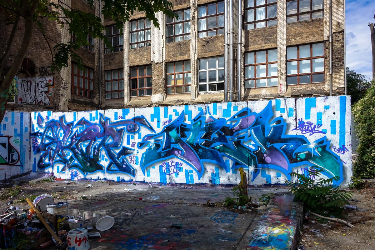 hinterhof graffiti in der sch nhauerallee berlin urbanpresents. Black Bedroom Furniture Sets. Home Design Ideas